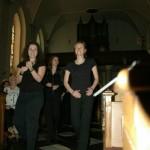 Die Kirche ist voll: Einzug des Chors